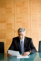 資料を見る白人ビジネスマン男性 30006003106| 写真素材・ストックフォト・画像・イラスト素材|アマナイメージズ