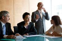 会議室で仕事をするビジネスマン達