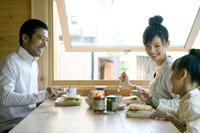 朝食を囲み笑う家族