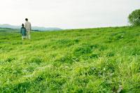 高原を歩く父と娘