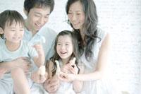 指人形で遊ぶ家族