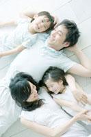 床に寝転がる家族