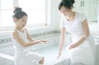 お風呂で遊ぶ母と娘