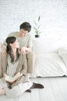 妻の肩を揉む夫