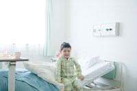 病室のベッドに座る子供