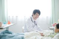 ベッドの患者と話す医者