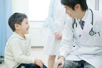 子供の診断をする医師