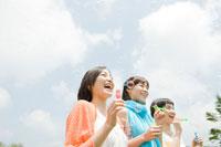シャボン玉を作る女性3人