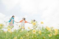 花畑を走る女性3人