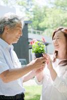 外で花を持つ夫婦
