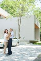 家の前で佇む夫婦