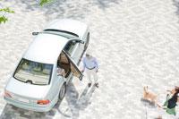 車に乗り込む夫婦と犬