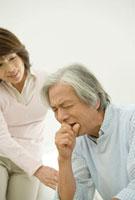 咳をする夫を気遣う妻 30006003757A| 写真素材・ストックフォト・画像・イラスト素材|アマナイメージズ