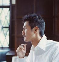 室内にいる30代男性横顔 30007000180| 写真素材・ストックフォト・画像・イラスト素材|アマナイメージズ
