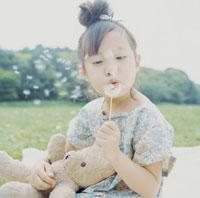 タンポポを飛ばす女の子 30007000558| 写真素材・ストックフォト・画像・イラスト素材|アマナイメージズ