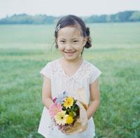 花束を持って笑う女の子 30007000584  写真素材・ストックフォト・画像・イラスト素材 アマナイメージズ