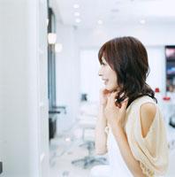 美容室で髪を整える20代日本人女性
