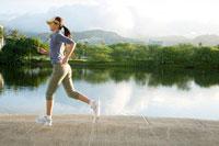 運河をジョギングする日本人の若い女性