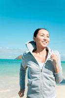 浜辺を走る日本人の若い女性