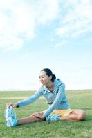 ストレッチをする日本人の若い女性