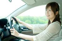 車を運転する20代日本人女性