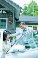 車から降りる日本人シニア夫婦
