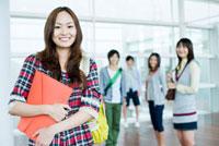 校内での日本人女子大生と仲間達のポートレイト