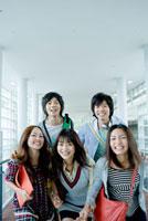 校内ではしゃぐ日本人大学生グループ