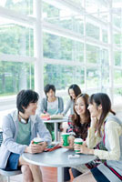 カフェスペースで会話する日本人大学生グループ