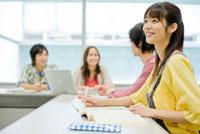 グループディスカッションをする日本人大学生達 30007001307  写真素材・ストックフォト・画像・イラスト素材 アマナイメージズ