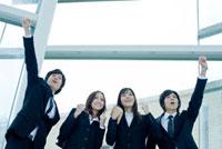 ガッツポーズをする日本人新入社員のグループ
