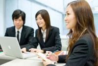 会議をする日本人の新入社員達