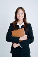 笑顔の日本人女子新入社員のポートレイト