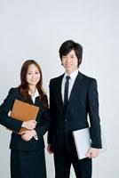 日本人新入社員の男女のポートレイト