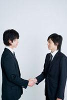 握手をする日本人の男性新入社員2人 30007001343| 写真素材・ストックフォト・画像・イラスト素材|アマナイメージズ