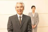 社長と秘書 30008000087| 写真素材・ストックフォト・画像・イラスト素材|アマナイメージズ