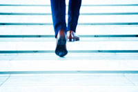 階段を歩くビジネスマンの足元 30009000186| 写真素材・ストックフォト・画像・イラスト素材|アマナイメージズ
