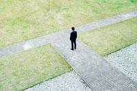T字路に佇むビジネスマン 30009000225  写真素材・ストックフォト・画像・イラスト素材 アマナイメージズ