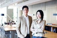 オフィスでの日本人ビジネスマンとOLのポートレイト