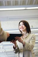 オフィスで書類を受け取る日本人20代OL
