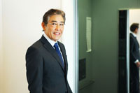 エレベータに乗るシニアの日本人ビジネスマン