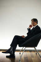 椅子に座り考え事をする日本人シニアビジネスマン 30009000316| 写真素材・ストックフォト・画像・イラスト素材|アマナイメージズ