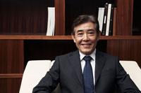 椅子に座った日本人シニアビジネスマンのポートレイト 30009000325| 写真素材・ストックフォト・画像・イラスト素材|アマナイメージズ