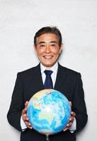 地球儀を持つ日本人のシニアビジネスマン 30009000352A| 写真素材・ストックフォト・画像・イラスト素材|アマナイメージズ