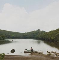 湖にボートを浮かべる女性の後姿