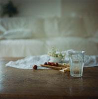 グラスの水とチェリー