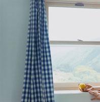 窓枠のレモンを持った女性の手
