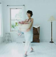 洗濯カゴを抱えて歩く女性 30010000186A  写真素材・ストックフォト・画像・イラスト素材 アマナイメージズ