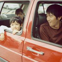 車に乗っている日本人の家族