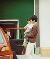 車に乗り込んで出かける家族